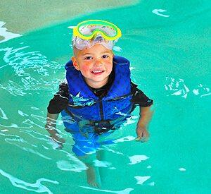 Emerald Cove Resort - Kid enjoying swimming pool